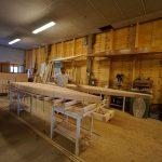 HolzBrett Frank in der Werkstatt bei Bau des FOILBOARDS aus Echtholz