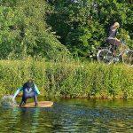 Holzbrett wingrider foilen hinter dem Fahrrad